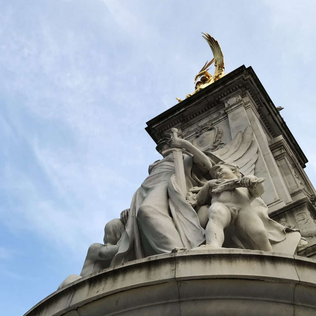 the statue outside buckingham palace