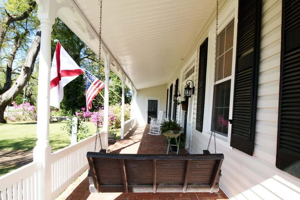 Airbnb photos of a front porch