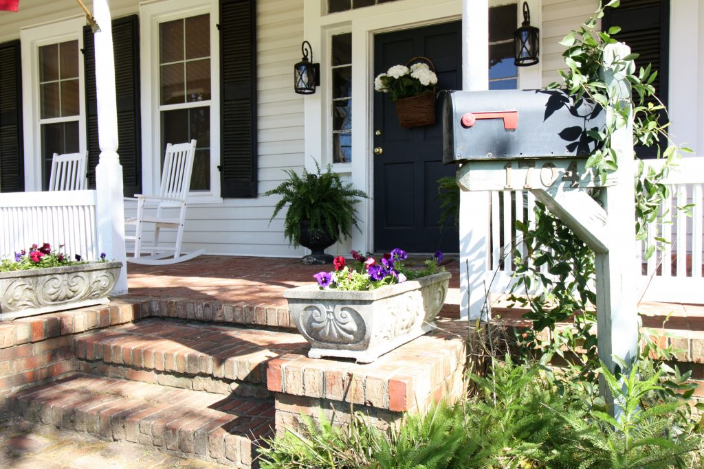 airbnb photos of front porch with mailbox